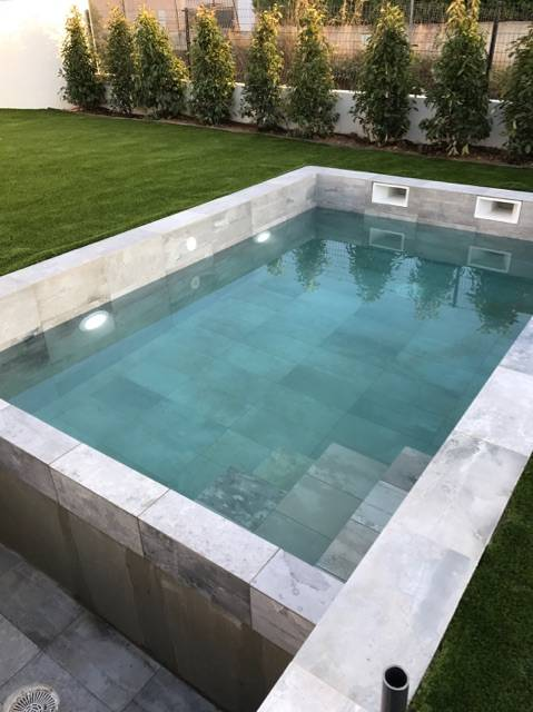 Exemple de r alisation de piscine avec carrelage grand format imitation b ton cir six fours - Carrelage piscine grand format ...