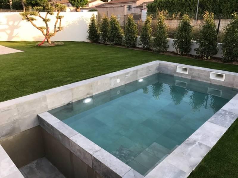 Réalisation de piscine moderne carrelage grand format béton ciré Six Fours les plages - Magasin ...